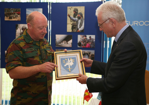 President Pöttering receives Eurocorps emblem from Lieutenant General Charles-Henri Delcour, Commanding General of the Eurocorps Headquarters in Strasbourg